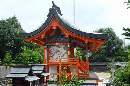 御霊神社 黒駒 本殿(左)