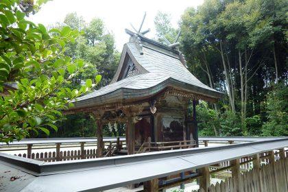 御霊神社 牧 本殿(左)