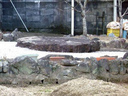 霊安寺 跡 扁平の巨岩